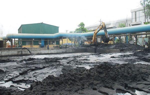 Bùn thải công nghiệp được thu gom trước khi vận chuyển và xử lý